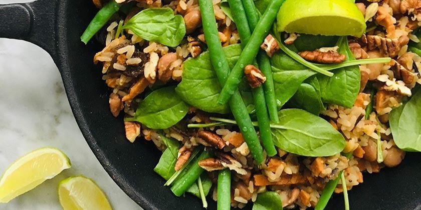 Pilav met pecannoten en pruimen