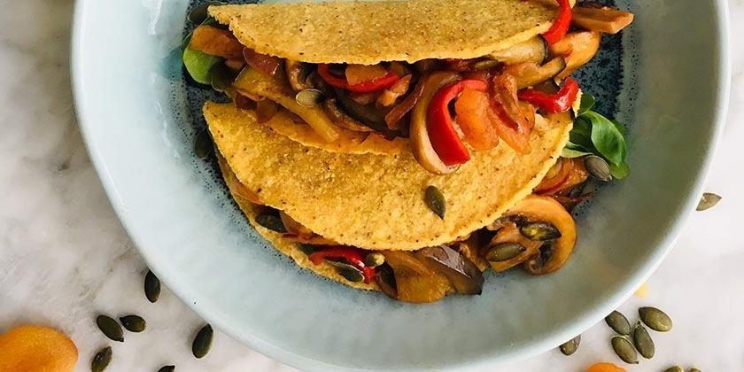 Taco met pittige champignons aubergine en gedroogd fruit