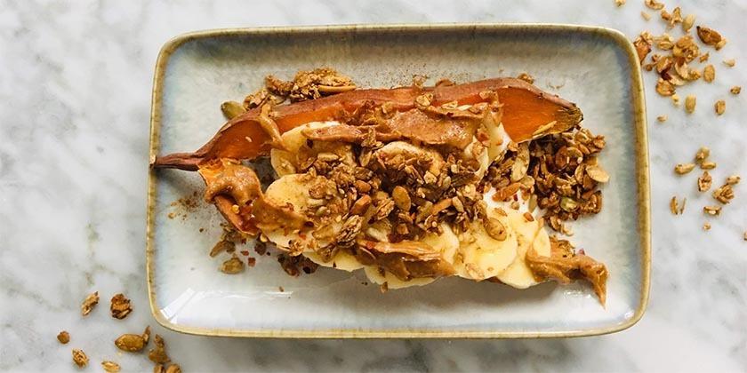 Ontbijt met zoete aardappel en crispy granola