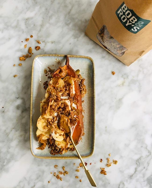 Ontbijt met zoete aardappel en crispy granola recept